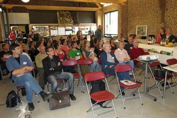Onderzoekers en vrijwilligers uit binnen- en buitenland vonden elkaar in Kortrijk voor het eikelmuissymposium. (foto: Johan Staelens )