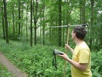 Onderzoeker Rene Janssen op zoek naar de gezenderde wilde kat (foto: Anke Brouns)