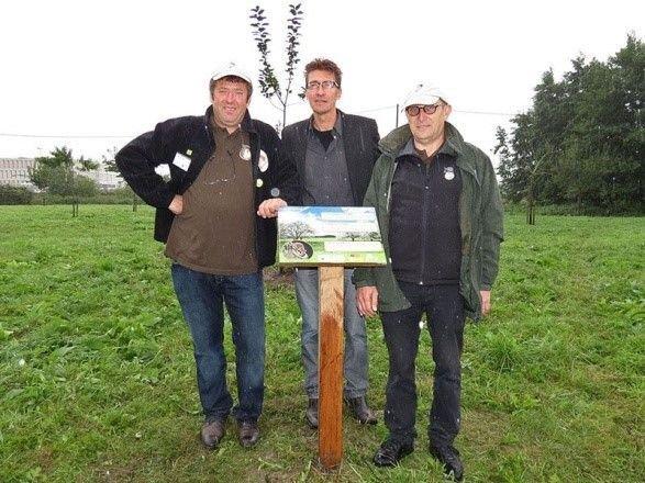 Johan Staelens en Mario Desloovere van de Zoogdierenwerkgroep Zuid-West-Vlaanderen samen met Peter Norro van de Provincie West-Vlaanderen bij de inhuldiging van de nieuwe Eikelmuistuin in Kortrijk (foto: Johan Staelens)